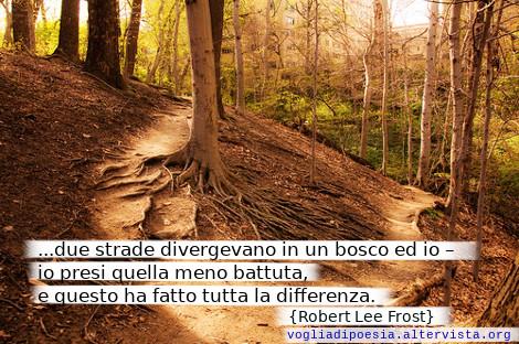 Due strade trovai nel bosco, io scelsi la meno battuta, è per questo che sono diverso. Poesia di Robert Frost
